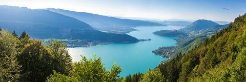 Panoramautsikt av Annecy sjön från sänkan du Forclaz Arkivbilder