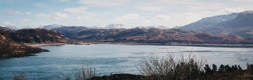 Panoramautsikt av berg över Kyle Rhea, ö av Skye, Skottland Royaltyfria Foton