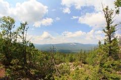 Panoramautsikt av bergen och klipporna, södra Ural Sommar i bergen Sikt från bergen Naturen av southeren Royaltyfri Foto