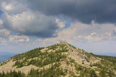 Panoramautsikt av bergen och klipporna, södra Ural Sommar i bergen Sikt från bergen Naturen av southeren Fotografering för Bildbyråer