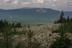 Panoramautsikt av bergen och klipporna, södra Ural Sommar i bergen Sikt från bergen Naturen av southeren Royaltyfria Bilder