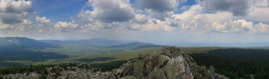 Panoramautsikt av bergen och klipporna, södra Ural Sommar i bergen Sikt från bergen Naturen av southeren Arkivfoto