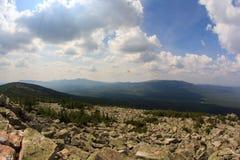 Panoramautsikt av bergen och klipporna, södra Ural Sommar i bergen Sikt från bergen Naturen av southeren Arkivbilder