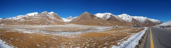Panoramautsikt av berget i snö nära det Khunjerab passerandet arkivfoton