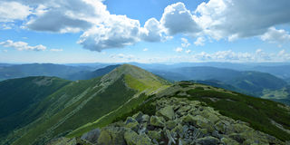 Panoramautsikt av bergkanten i Carpathians, Ukraina bifokal royaltyfria foton