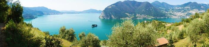 Panoramautsikt av bergsjön med ön i mitt Panorama från Monte Isola Island med sjön Iseo italiensk liggande arkivfoton