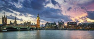 Panoramautsikt av Big Ben i London på solnedgången Arkivfoto