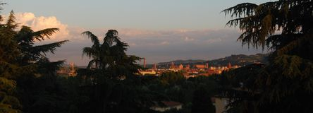 Panoramautsikt av bolognaen: kyrka av San Petronio, domkyrka av San Pietro, Asinelli torn royaltyfri fotografi