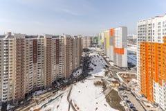 Panoramautsikt av bostads- mång--våning byggnader i Moskva med gator och gårdar Royaltyfri Bild