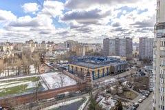 Panoramautsikt av bostads- mång--våning byggnader i Moskva med gator och gårdar Arkivbild
