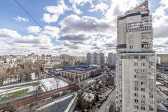 Panoramautsikt av bostads- mång--våning byggnader i Moskva med gator och gårdar Royaltyfria Bilder