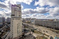Panoramautsikt av bostads- mång--våning byggnader i Moskva med gator och gårdar Royaltyfri Fotografi