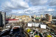 Panoramautsikt av bostads- mång--våning byggnader i Moskva med gator och gårdar Fotografering för Bildbyråer