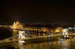 Panoramautsikt av Budapest på natten Sight för Budapest parlamentarkitektur Arkivfoto