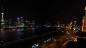 Panoramautsikt av bunden och pudongen på det nattshanghai porslinet Royaltyfria Bilder