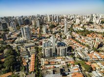 Panoramautsikt av byggnaderna och husen av den Vila Mariana grannskapen i São Paulo, Brasilien royaltyfria bilder