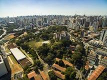 Panoramautsikt av byggnaderna och husen av den Vila Mariana grannskapen i São Paulo, Brasilien fotografering för bildbyråer