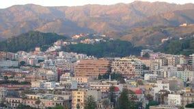 Panoramautsikt av byggnaderna på sidan av porten och bergen i Messina, Italien i 4k arkivfilmer