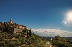 Panoramautsikt av byn av Helgon-Paul-de-Vence överst av kullen Royaltyfri Fotografi