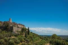 Panoramautsikt av byn av Helgon-Paul-de-Vence överst av kullen Royaltyfria Foton