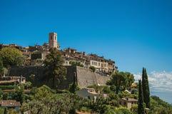 Panoramautsikt av byn av Helgon-Paul-de-Vence överst av kullen Arkivbild