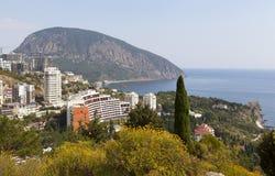 Panoramautsikt av byn Gurzuf och björnberget Au-Dag, Adalary Bolgatura berget crimea royaltyfri foto