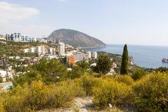 Panoramautsikt av byn Gurzuf och björnberget Au-Dag, Adalary Bolgatura crimea royaltyfri bild