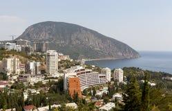 Panoramautsikt av byn Gurzuf och björnberget Au-Dag från berget Bolgatura crimea royaltyfria bilder