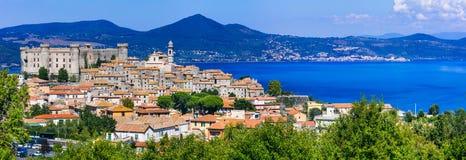 Panoramautsikt av byn och den medeltida slotten i Lago di Braccia Royaltyfri Foto