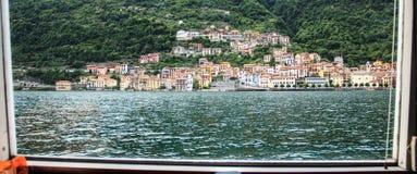 Panoramautsikt av byn på fartyget i sjön Como, Italien Arkivbilder