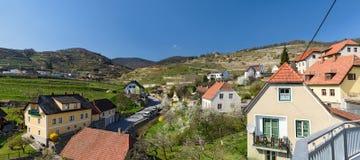 Panoramautsikt av byn av Weissenkirchen-i-der-Wachau Wachau-dal Österrike Arkivfoto