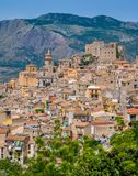 Panoramautsikt av Caccamo, härlig stad i landskapet av Palermo, Sicilien arkivfoton