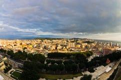 Panoramautsikt av Cagliari som är i stadens centrum på solnedgången i Sardinia Royaltyfri Fotografi