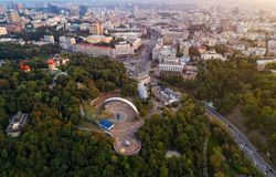 Panoramautsikt av centret av Kiev Den flyg- sikten av bågen av kamratskap av folk, Khreshchaty parkerar, strömförsörjningen Fotografering för Bildbyråer