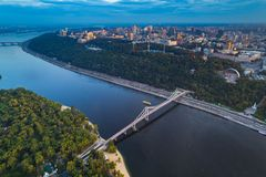 Panoramautsikt av centret av Kiev Flyg- sikt av den högra banken av Kiev med den Dnieper floden, en gångare Arkivbilder