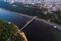 Panoramautsikt av centret av Kiev Flyg- sikt av den högra banken av Kiev med den Dnieper floden, en gångare Royaltyfri Fotografi