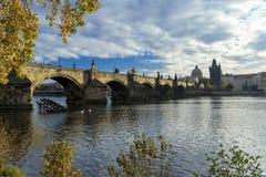 Panoramautsikt av Charles Bridge med Vltva i Prague, Czechia Arkivfoton