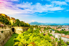 Panoramautsikt av Citta Alta, gammal stad Bergamo arkivbilder