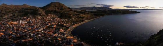Panoramautsikt av Copacabana från Cerroen Calvario, Copacabana, sjö Titicaca, Bolivia Arkivbilder