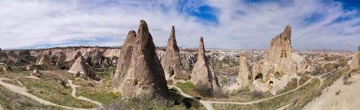Panoramautsikt av dalen i den Goreme byn, Turkiet royaltyfria foton