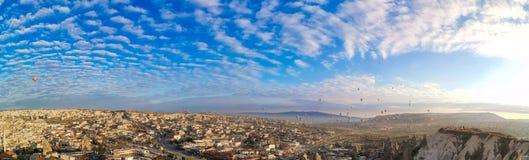 Panoramautsikt av dalen i den Goreme byn, Turkiet luft sv?ller varmt arkivbild