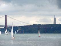 Panoramautsikt av 25 de Abril Bridge, Lissabon Portugal royaltyfria bilder