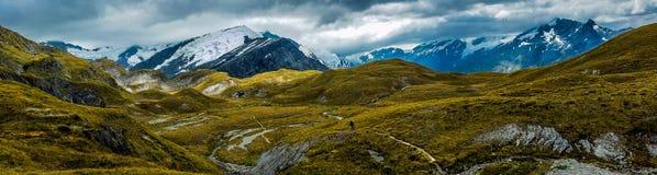 Panoramautsikt av de alpan bergen av kaskadsadeln, Nya Zeeland royaltyfri fotografi