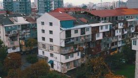 Panoramautsikt av de gamla och nya höghusen av staden arkivfilmer