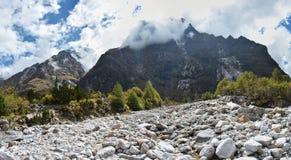 Panoramautsikt av de Himalayan bergen på vägen till Kangchenjunga basecamp, Nepal arkivfoton