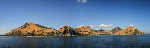 Panoramautsikt av de Komodo öarna nära Flores, Indonesien Arkivbilder