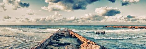 Panoramautsikt av den övergav pir i den Guanabo stranden, havannacigarr, Kuba Royaltyfri Bild