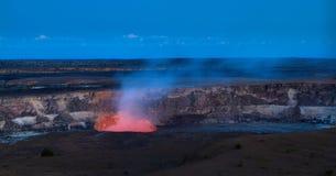 Panoramautsikt av den aktiva Kilauea vulkankrater royaltyfri fotografi