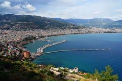 Panoramautsikt av den Alanya hamnen och kustlinjen, Turkiet royaltyfri bild