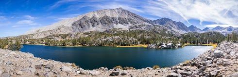 Panoramautsikt av den alpina sjön, östliga toppiga bergskedjor fotografering för bildbyråer